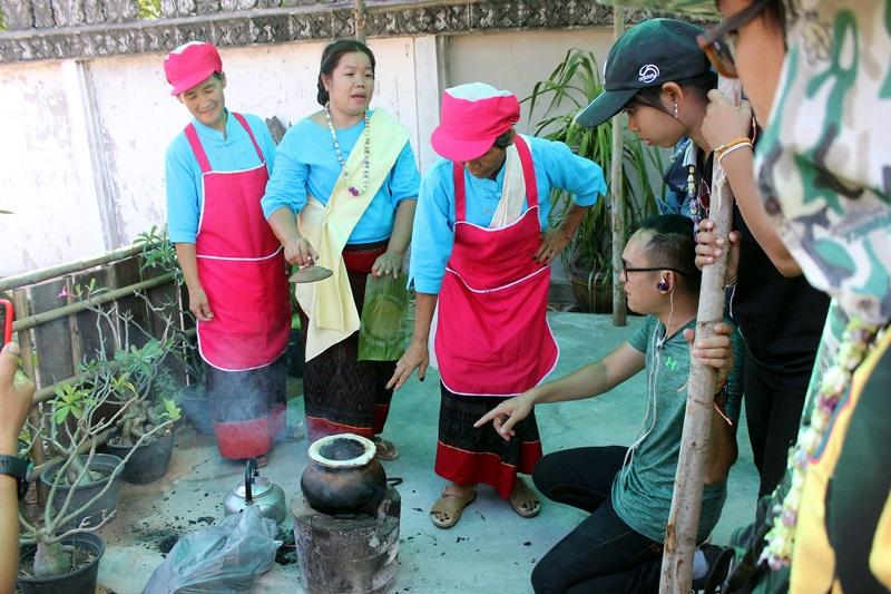 ชมชาวบ้านทำขนมกะลาและแหนมหมู