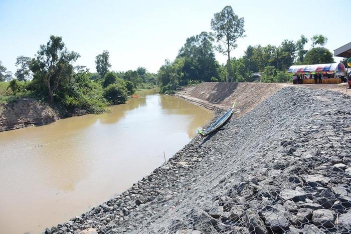 รองนายกรัฐมนตรี ติดตามความคืบหน้าของโครงการก่อสร้างพนังกั้นน้ำป้องกันตลิ่งลำน้ำลำตะโคง ที่บ้านตะแบง ต.หัวฝาย อ.แคนดง จ.บุรีรัมย์