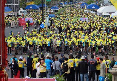 """ชาวบุรีรัมย์ร่วมกว่า 2 หมื่น คน ออกไปร่วมกิจกรรม """"Bike อุ่นไอรัก"""" บรรยากาศเป็นไปอย่างอบอุ่น"""