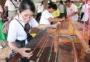"""""""หมู่บ้านท่องเที่ยว"""" โคกเมืองสัมผัสวิถีชาวบ้านแบบดั้งเดิมชมสาธิตการทำผ้าหมักโคนบารายพันปี"""